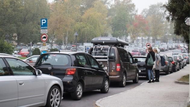 Stau an der Einfahrt in den Campus-Parkplatz der JKU. Der Engpass an Abstellflächen führt zu einem Engpass an Fahrbahnfläche...
