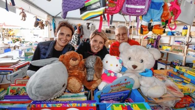 Bettina, Anna und Gabriele in der Spielzeugabteilung. Sie sind bereit für den großen Ansturm.