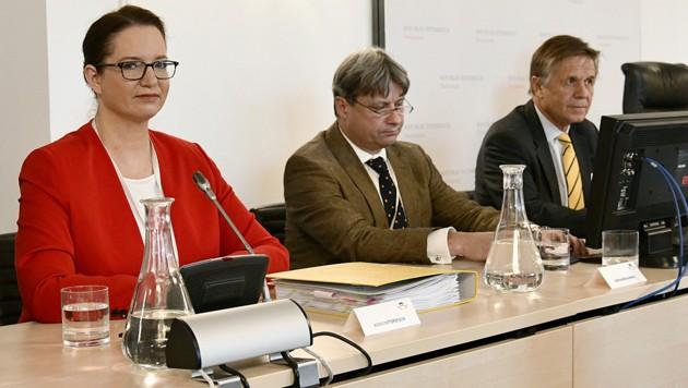 Staatsanwältin Ursula Schmudermayer, Verfahrensanwalt Arthur Mikesi (2.v.l.) und Wolfgang Pöschl, stellvertretender Verfahrensrichter, am Donnerstag im BVT-Untersuchungsausschuss (Bild: APA/HANS PUNZ)