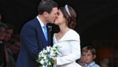 Prinzessin Eugenie küsst Jack Brooksbank nach dem Jawort. (Bild: EPA)
