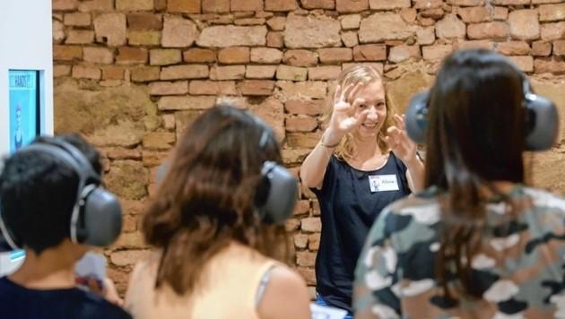 Während des Ausstellungsbesuchs trägt man Ohrstöpsel und schalldämpfende Kopfhörer.