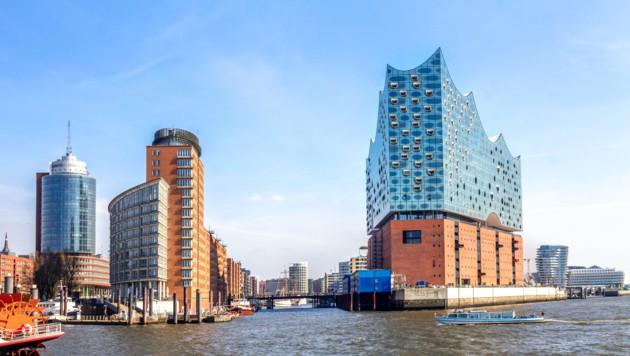 Sollte Fixpunkt jeder Hamburg-Reise sein: Eine Hafenrundfahrt mit Blick auf die Hafencity und die Elbphilharmonie. (Bild: ©pure-life-pictures - stock.adobe.com)