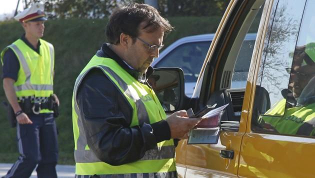 Bei einer Kontrolle wurde der gefälschte Führerschein entdeckt (SYMBOLFOTO) (Bild: APA/Gert Eggenberger)