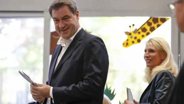 Bayerns Ministerpräsident Markus Söder mit seiner Ehefrau Karin bei der Stimmabgabe