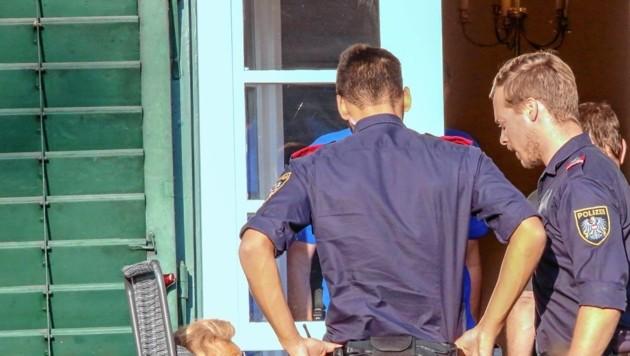 Polizisten beruhigten die Dame nach dem brutalen Überfall auf ihrer Terrasse. (Bild: Markus Tschepp)