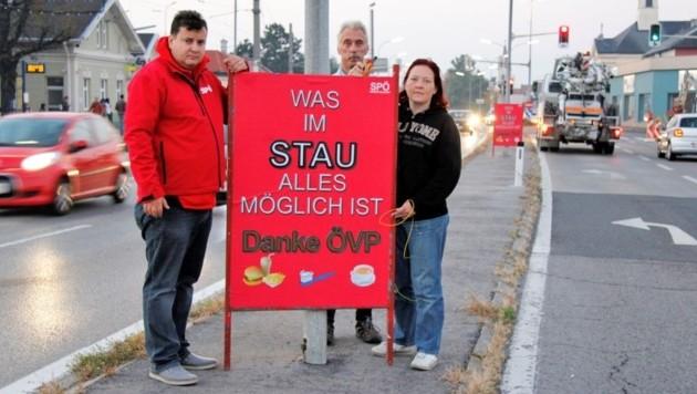Die Sozialdemokraten protestieren gegen die Staus in Wiener Neudorf.