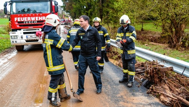 Landeshauptmann-Stellvertreter Michael Schickhofer im Gespräch mit der FF Gasen (Bild: Land Steiermark)