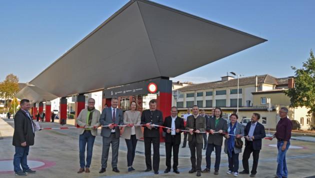 Mit viel Polit-Prominenz, angeführt von Verkehrslandesrat Günther Steinkellner (5.v.l.) und Bürgermeisterin Elisabeth Paruta-Teufer (4.v.l.) wurde der neue Busterminal in Freistadt eröffnet.