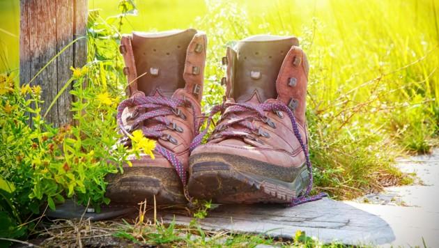 Wer die Arbeitsschuhe früher als gesundheitlich nötig auszieht und die Wanderschuhe trotzdem nicht anzieht, lebt womöglich kürzer. (Bild: ©Jürgen Fälchle - stock.adobe.com)
