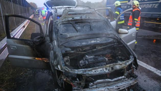 Der Autolenker konnte sich rechtzeitig in Sicherheit bringen, der Wagen auf der A25 brannte aus. (Bild: laumat.at/Matthias Lauber)