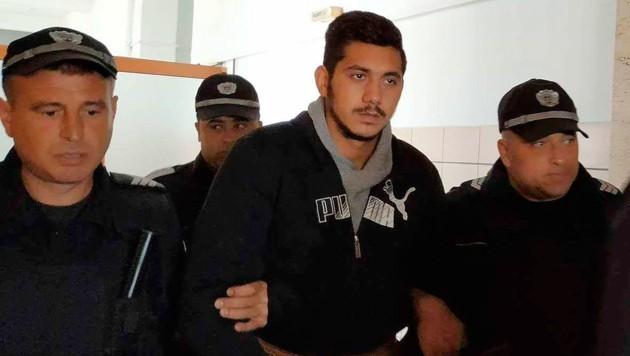 Der Verdächtige im Fall Marinowa auf dem Weg zum Gerichtssaal (Bild: Associated Press)