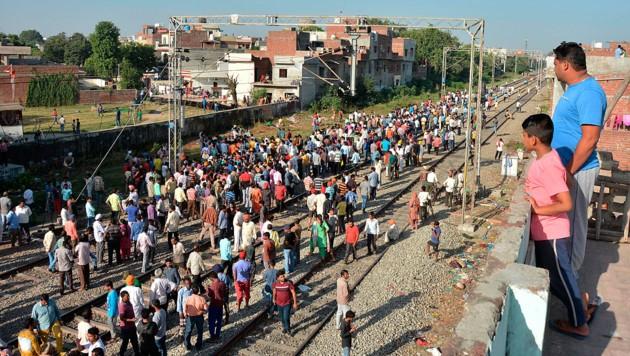 Schaulustige an der Unglücksstelle nahe Amritsar (Bild: Associated Press)