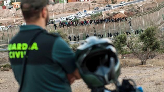 Ansturm auf den Grenzzaun von Melilla im Jahr 2018 (Archivbild) (Bild: AFP/Jose Colon)