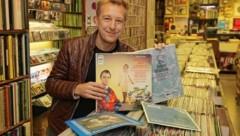 """Der Schauspieler und Sänger Max Müller - am Foto im Plattenladen Teuchtler in Wien - ist morgen Gast in """"Guten Morgen Österreich"""" (Bild: Tomschi Peter)"""