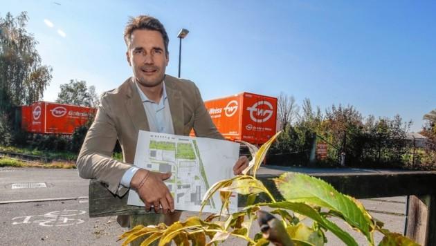 Regionaldirektor Peter Schafleitner mit den druckfrischen Plänen zum Ausbau im Gewerbegebiet in Schallmoos. (Bild: Markus Tschepp)