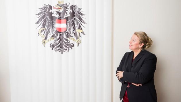 Ministerin Beate Hartinger-Klein mit dem falschen Bundesadler in ihrem Büro (Bild: Jeff Mangione/KURIER/picturedesk.com)