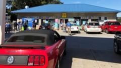 Der KC Mart in Simpsonville wird gestürmt, seit bekannt ist, dass dort das Mega-Los verkauft wurde. (Bild: AP)