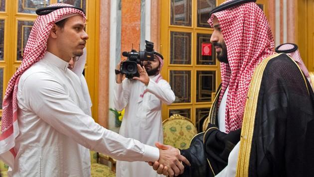 Salah bin Jamal Khashoggi (links) während eines bizarren Treffens mit dem saudischen Kronprinzen am Rande einer Investorenkonferenz in Riad, bei dem der Thronfolger der Familie des ermordeten Journalisten persönlich kondolierte (Bild: APA/AFP/SPA/Handout)