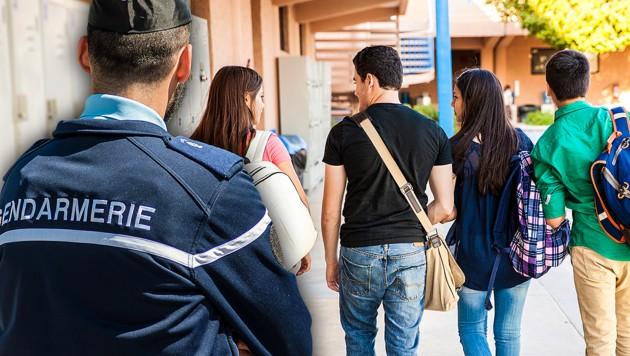 Polizisten in Frankreichs Schulen