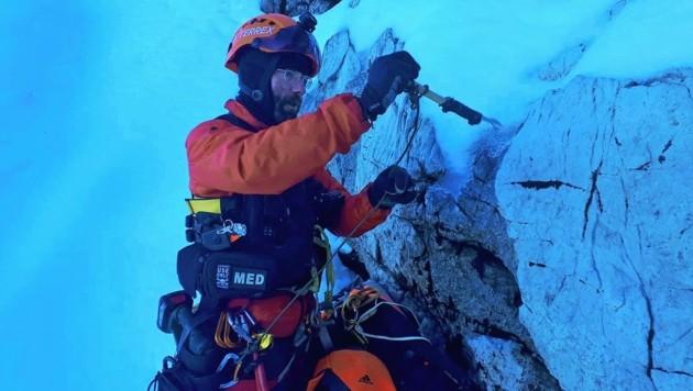 Der Bergwachtmann war am Seil gesichert und kam nur mit Steigeisen voran.