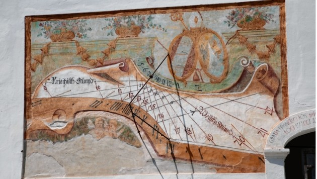 """Die Sonnenuhr im Hof des Stiftes Ossiach aus dem 18. Jahrhundert zeigt die """"Kriechisch Stund"""" und die """"Welsch Stund"""" an. (Bild: Uta Rojsek-Wiedergut)"""