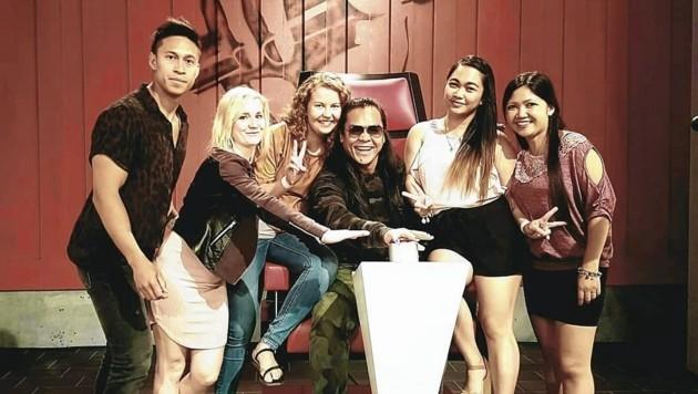 "Mark Agpas (Mitte) mit seinen Freunden bei ""The Voice"" (Bild: Agpas)"