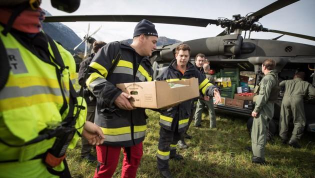 Sieben Hubschrauber des Bundesheeres unterstützen die Einsatzkräfte aus der Luft. Sie versorgen auch die eingeschlossenen Lesachtaler mit Trinkwasser, Lebensmitteln, Aggregaten.