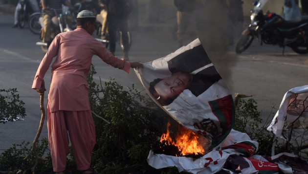 Ein aufgebrachter Pakistaner verbrennt nach dem Freispruch von Asia Bibi ein Plakat von Pakistans Premierminister Imran Khan. (Bild: AFP or licensors)