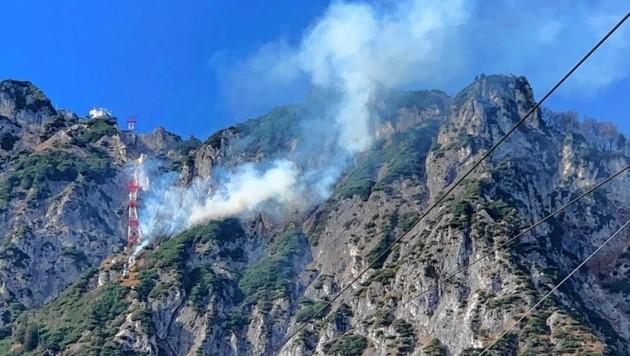 Die Rauchwolke am Berg war weithin zu sehen. (Bild: Tschepp Markus)