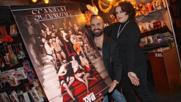 "Joe Niedermayer und Miss Desmond enthüllen den ""Scandal"""