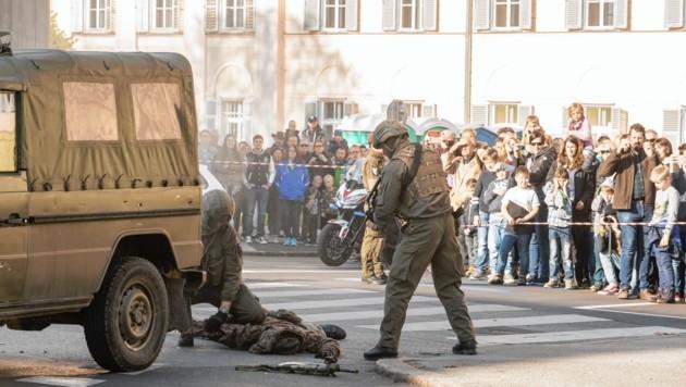 Dieses Foto von der Grazer Heeresschau erhitzt die Gemüter - Grüne verurteilen die Gewalt.
