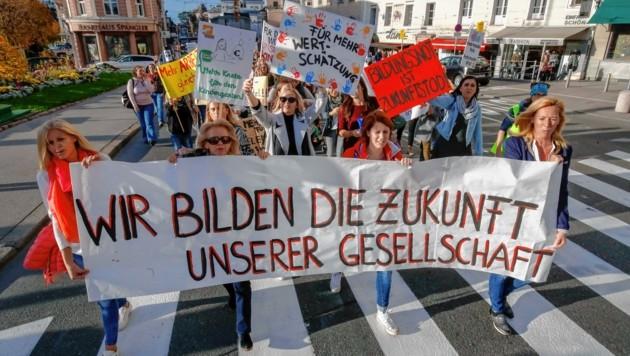 1.200 Pädagoginnen marschierten bei der Demonstration mit ihren Transparenten bis zum Residenzplatz.