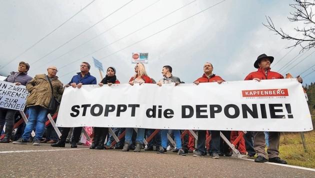 Geschlossen marschierten gestern die Gegner der geplanten Baurestmassen-Deponie über die L 111 im Lamingtal. Der Protest geht über Parteigrenzen hinweg. (Bild: © Elmar Gubisch)