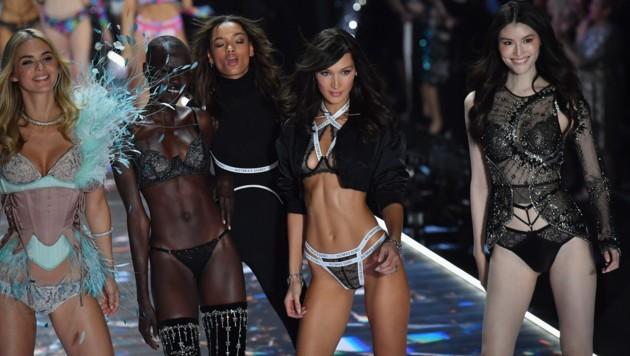 Megan Williams, Grace Bol, Lameka Fox, Bella Hadid, und Sui He (Bild: AFP )