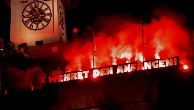 Leuchtender Appell unter dem Grazer Uhrturm: Ein starkes Zeichen gegen rechte Hetze setzte die kommunistische Jugend am 9. November zum Gedenken an die Pogrome vor 80 Jahren.