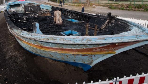 Unbekannte haben das Flüchtlingsboot in Brand gesteckt und vollständig zerstört. (Bild: AFP)