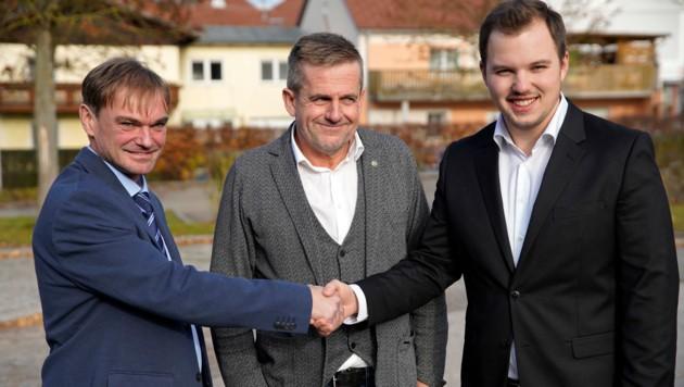 FPÖ-Kandidat Gerhard Kaltseis (l.) und Andreas Aumayr (Grüne) gratulierten Fabian Grüneis (r.) zum Wahlsieg.