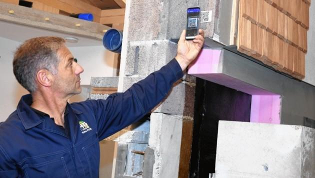 Etwa 25 QR-Codes für das Handy sind am Gebäudeschnitt angebracht. Sie sind mit Details zum jeweiligen Bauteil bespickt.