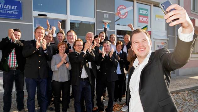 Oberösterreichs jüngster Bürgermeister Grüneis Fabian (ÖVP) mit seinem Team. (Bild: Gerhard Wenzel)