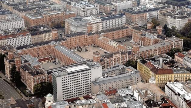 Der Spion hatte bis zu seinem Ruhestand in unmittelbarer Nähe zu den Verteidigungsministern, in der Rossauer Kaserne in Wien, seinen Arbeitsplatz. Jetzt werden seine Laptops ausgewertet. (Bild: Klemens Groh)