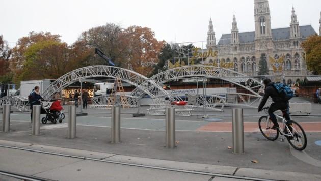 Statt in Geschenkpapier gehüllte Betonblöcke gibt es nun ganzjährig Poller auf dem Wiener Rathausplatz. (Bild: Jöchl Martin)