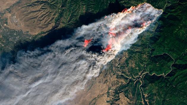 Das Feuer in der Kleinstadt Paradise vom All aus fotografiert (Bild: NASA)
