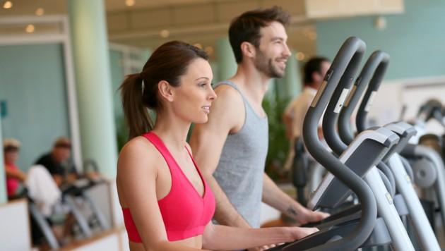 Die Fitnessstudios haben offen, es gilt die Hygienevorschriften zu beachten (Symbolbild) (Bild: ©goodluz - stock.adobe.com)