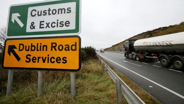 Ein Guinness-Lastwagen an der irisch-nordirischen Grenze (Bild: APA/AFP/PAUL FAITH)