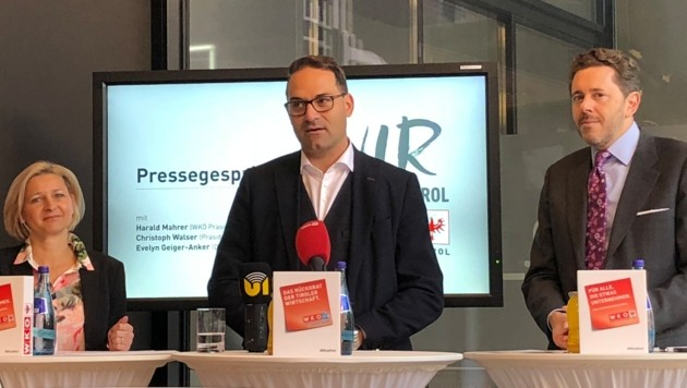 Der neue Tiroler Präsident Christoph Walser (Mitte) mit WKO-Chef Harald Mahrer und WK-Tirol-Direktorin Evelyn Geiger-Anker. (Bild: Markus Gassler/Kronenzeitung)