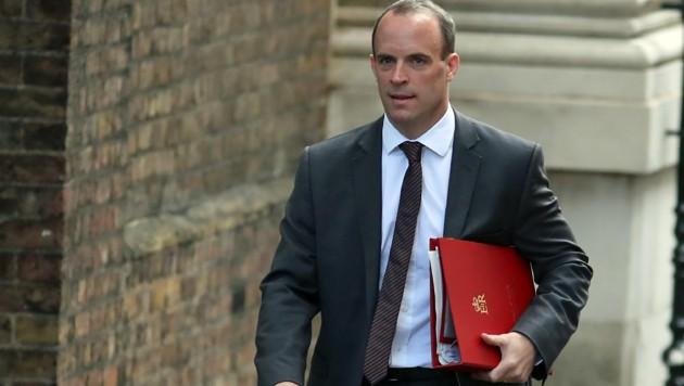 Brexit-Minister Raab packt zusammen. (Bild: APA/AFP/DANIEL LEAL-OLIVAS)