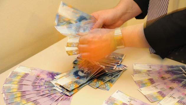 Schweizer Franken, hier am Foto als Geldsegen präsentiert, für Stadt Linz und Bawag aber ein langwieriger Fluch.