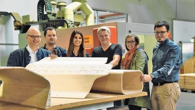 Arbeitstreffen bei der Firma Weitzer Parkett, wo die hochfesten Holzpressungen durchgeführt werden: Kult-Autobauer Charles Morgan (Mitte) mit U. Müller (WoodCar), M. Karner und M. Moga (Weitzer Parkett), B. Karner (Innovationszentrum), E. Pretterhofer (Holzcluster, v. li.).