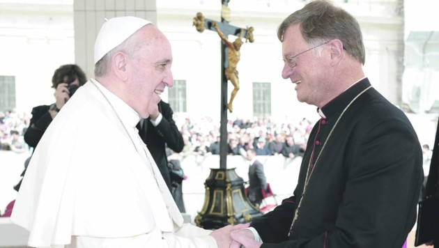 Bischof Manfred Scheuer mit Papst Franziskus, dem er nun einen Brief schreiben wird. (Bild: Diözese Innsbruck)