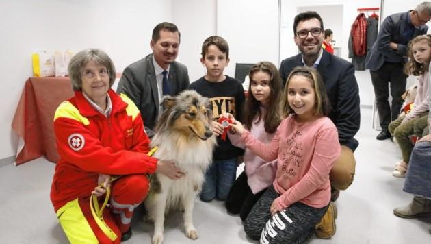 Bildungsdirektor Heinrich Himmer (rechts), Favoritens Bezirkschef Marcus Franz und Schulkinder ehrten die Hunde sowie ihre Begleiter.